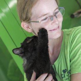 Tierpflegerin mit Katze © Sonja Widerström